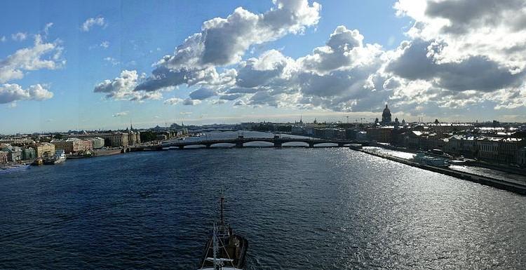 800px-San_Petersburgo,_panorámica_del_Rio_Neva