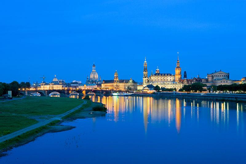 800px-Dresden-Altstadt_von_der_Marienbruecke-II